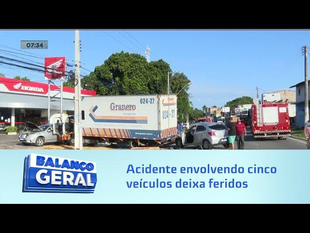 Acidente envolvendo cinco veículos deixa três pessoas feridas na Avenida Menino Marcelo