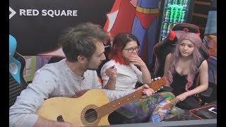 Snailkick играет на гитаре и поёт
