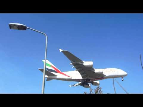 Emirates Air Bus in landing modus op Kaag Baan