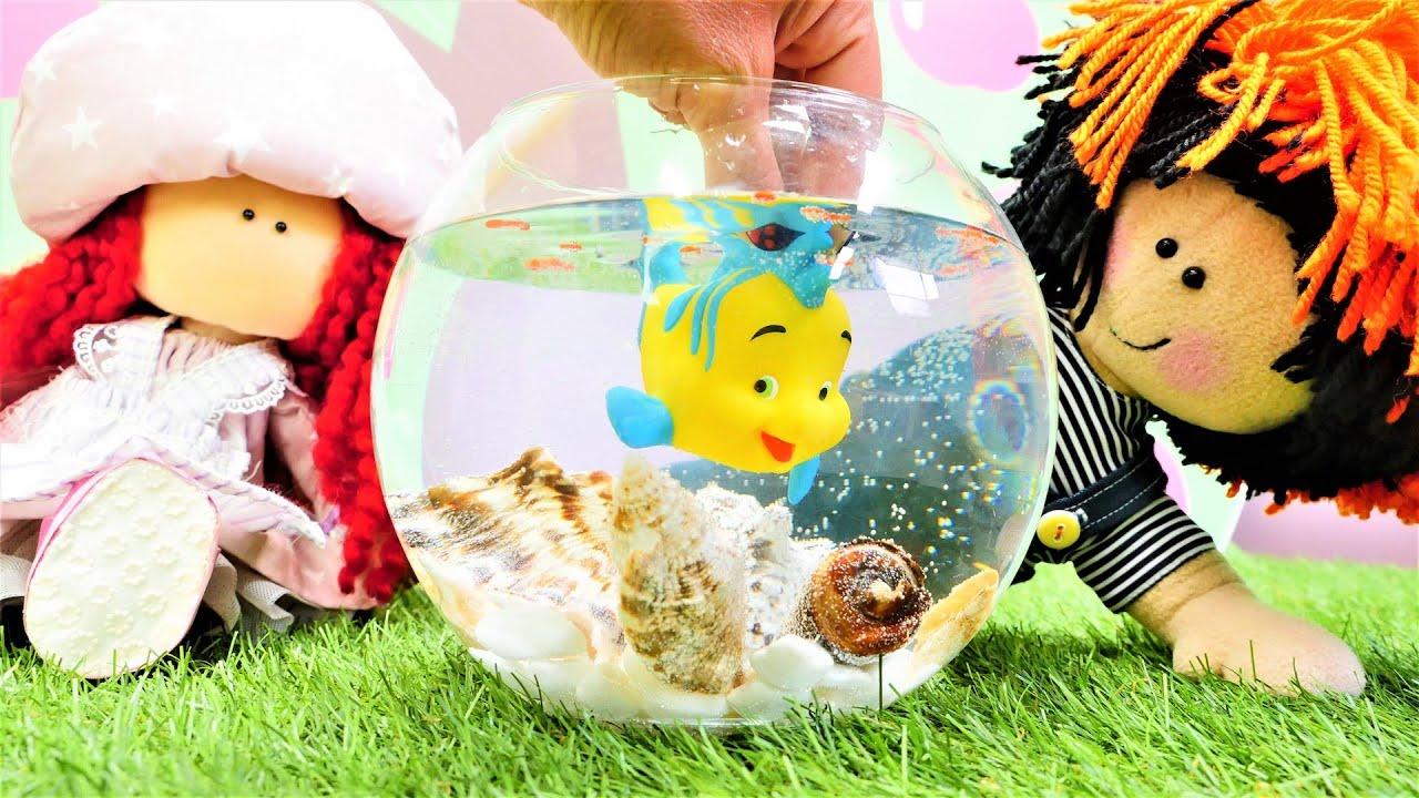 Puppenvideo - Tilda schenkt Maria einen Fisch - Spielzeug Video für Kinder