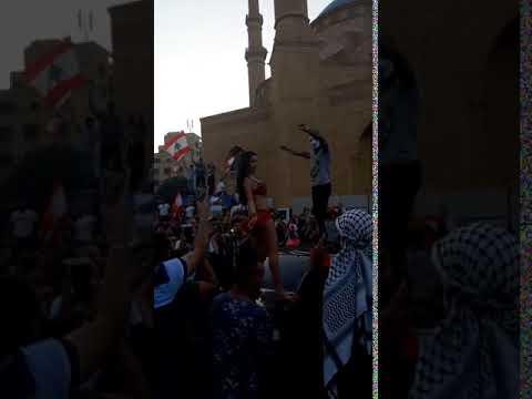 راقصة تشعل الأجواء بين المتظاهرين في وسط بيروت