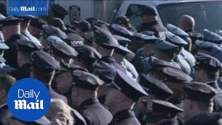 Police turn their backs on de Blasio at funeral for slain cop - Daily Mail