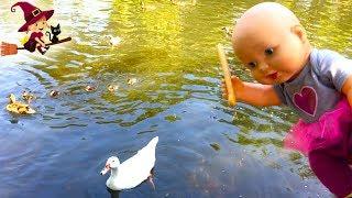La Bebé le da de Comer a los Patitos en el Parque