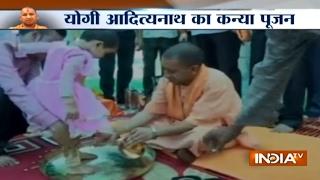योगी ने सीएम आवास में मनाई रामनवमी, कन्याओं के धोए पैर