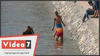 أطفال يعرضون حياتهم للخطر هربا من الحر بالسباحة فى النيل بالملابس الداخلية