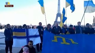 Акція на підтримку кримських татар та полонених українських моряків - у центрі Парижа