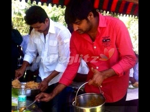 Vijay Gives Briyani Treat And Gifts To The Kaththi Crew