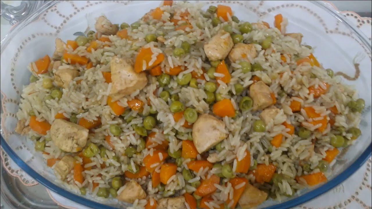 الأرز مع البازيلا والجزر والدجاج