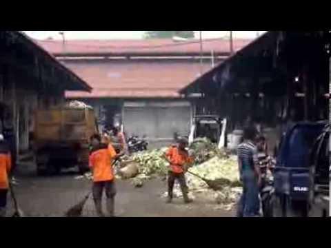 Aktivitas kebersihan Pasar Induk Tanah Tinggi Tangerang