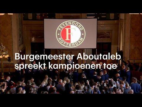 Spelers zingen hand in hand in het stadhuis - RTL NIEUWS