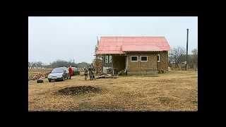 Полтавець Віктор Сребнюк будує собі дім із соломи.