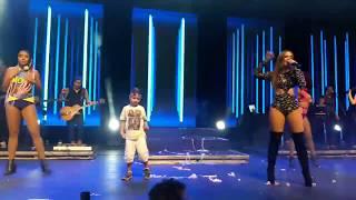 Niño baila en el concierto de Anitta - Sim Ou Não - Anitta - HD