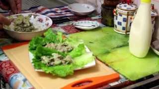 Ролл из листьев салата с тунцом