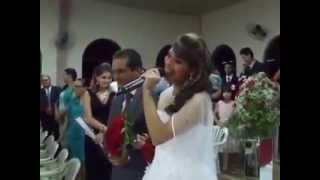 Com vozeirão, noiva entra cantando em casamento e emociona os convidados