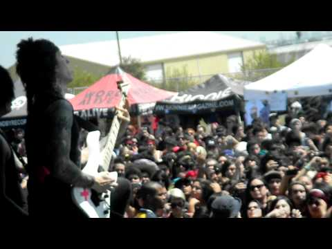 Falling In Reverse - Raised By Wolves Live @ 2011 Warped Tour