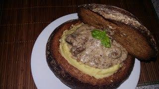 Ассорти сердечек и печени цыпленка в соусе бешамель, запеченные в хлебе