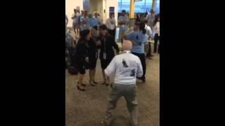 فيديو | عجوز يثير اعجاب الجميلات فى المطار برقصاته الغريبة