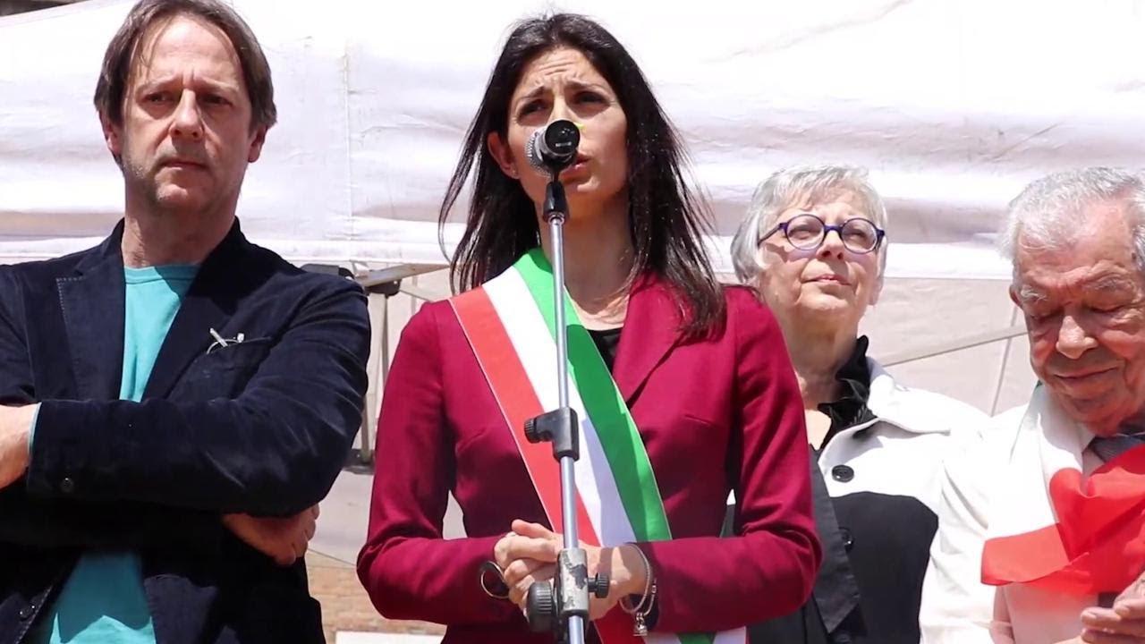 """Download 25 aprile a Roma, Raggi contestata alla manifestazione Anpi: """"I fischi non riscriveranno la storia"""""""