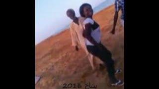 رقص شيخ موريتاني مع مراهقات و صبايا يشاطئ البحر