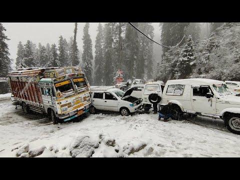 CARS SLIDING ON ROAD   FIRST SNOWFALL OF 2021 IN NARKANDA   NARKANDA - SHIMLA HIGHWAY  LIVE UPDATE  
