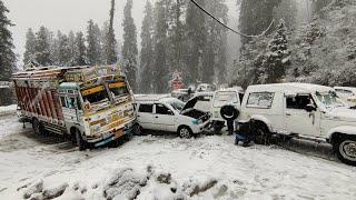 CARS SLIDING ON ROAD | FIRST SNOWFALL OF 2021 IN NARKANDA | NARKANDA - SHIMLA HIGHWAY |LIVE UPDATE |