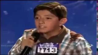 Niño con preciosa voz canta: Jamas de Camilo Sesto