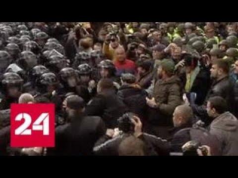 Военных и технику стягивают к резиденции Порошенко под Киевом - Россия 24