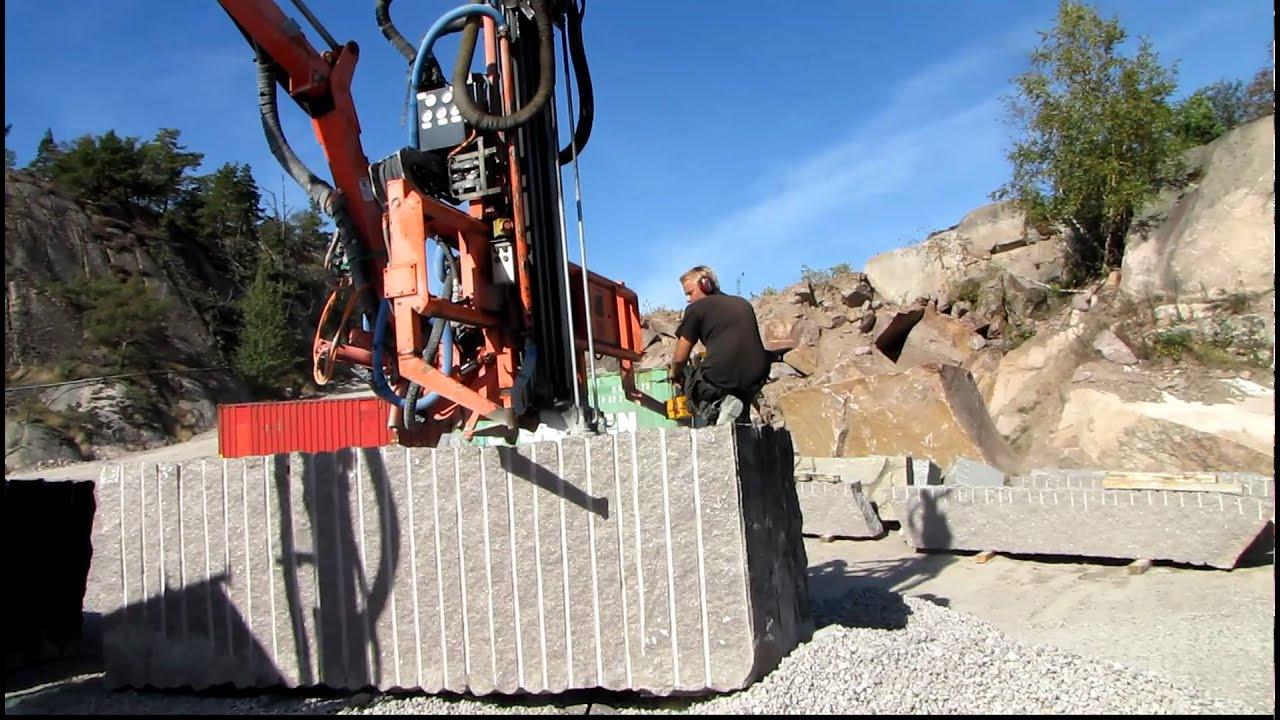 Naturstein-Roh-Block Aus Bohus Granit Wird Zurechtgespalten