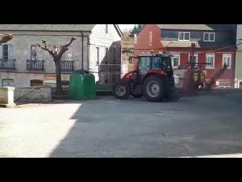 El alcalde de Friol desinfecta las calles subido a su tractor