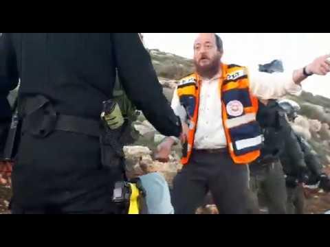 תיעוד: השוטרים מונעים מחובש להעניק טיפול רפואי לפצועים