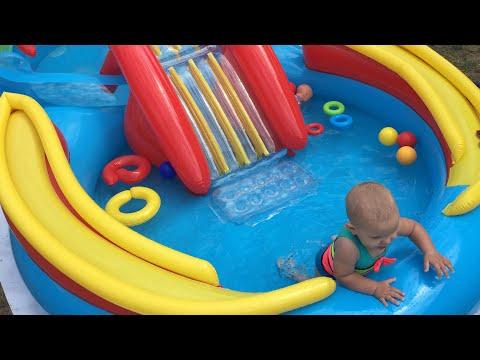 Надуваем новый детский бассейн с горкой и катаемся вместе!