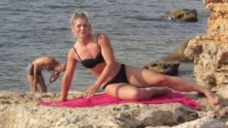 Спортивная девушка занимается на пляже. Севастополь 2016