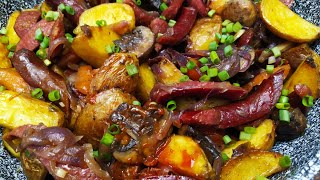 Картофель по охотничьи Жареная картошка с охотничьими колбасками грибами и овощами на сковороде