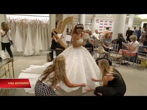 Váy cưới làm từ giấy vệ sinh giá trăm triệu (VOA)