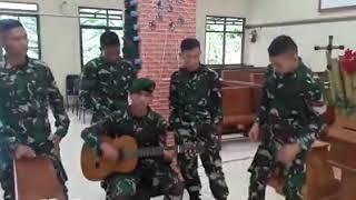 TENTARA  nyanyikan lagu orang ketiga..di reff buat baper😍😍