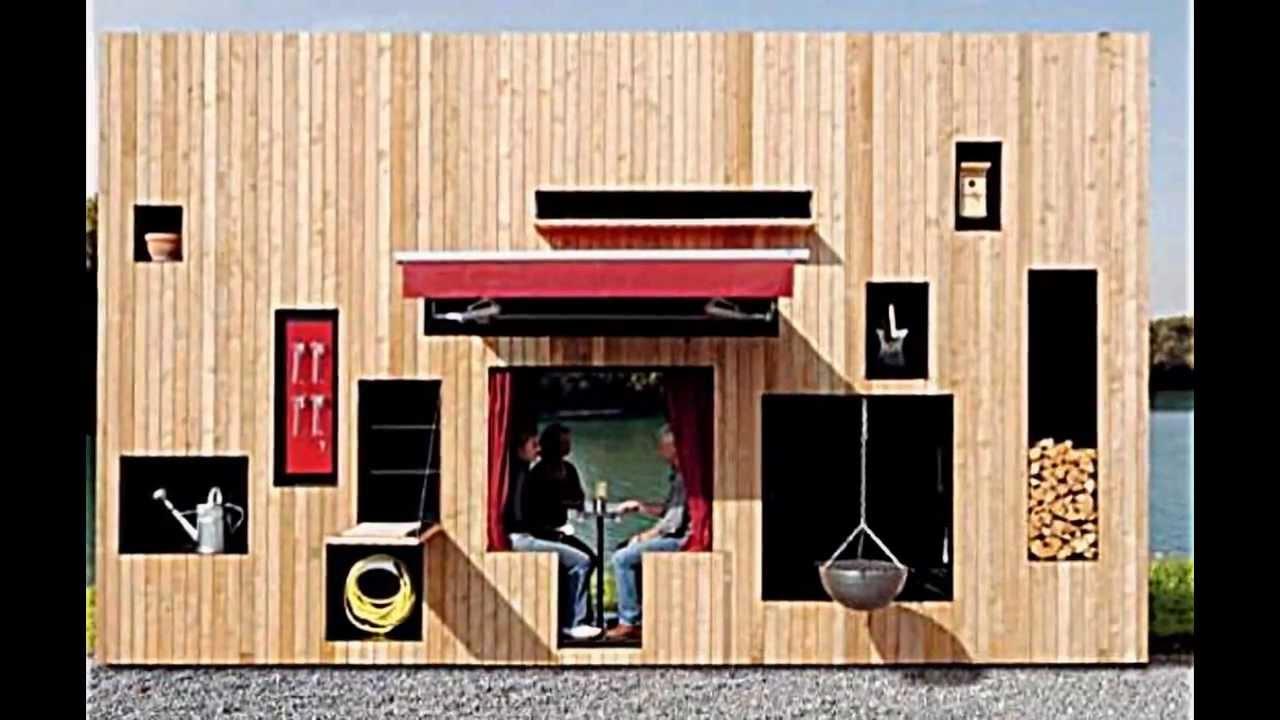 ein modernes holz gartenhaus für gartengeräte und sitzecke im grünen
