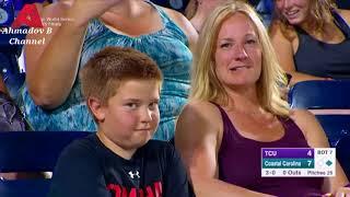 ستيف هارفي مع الطفل المشهور بالتحديق