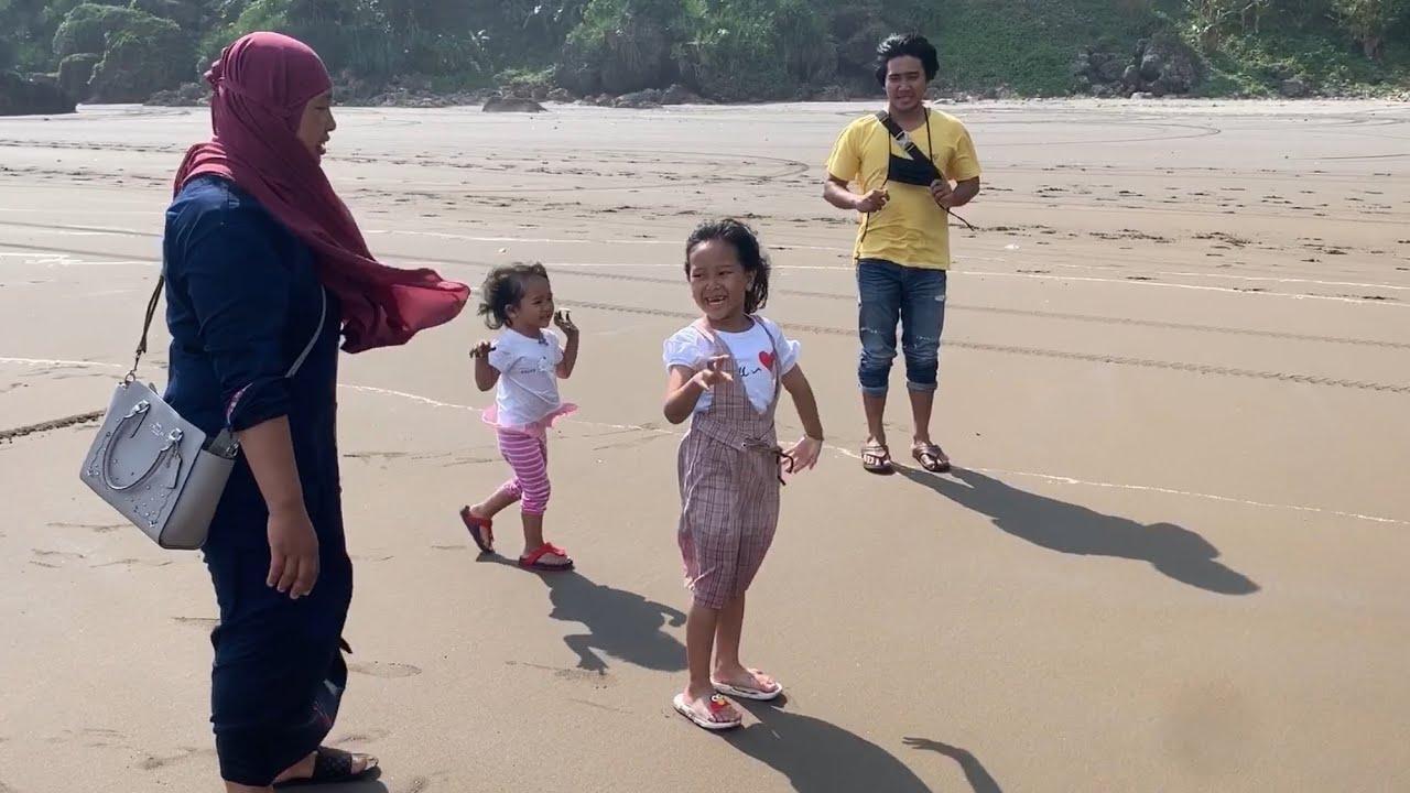 Keysha Naik Mobil Keliling Pantai Bermain Air Main pasir