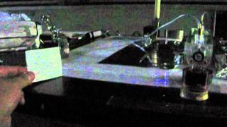 自作の窒素レーザーによる色素レーザーの励起です。 色素レーザーはスラ...