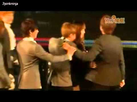 Ryeowook Sungmin Donghae Pushed Kyuhyun While He Was Hugging A Fan.