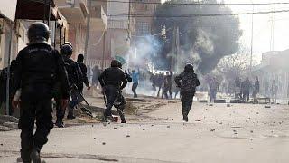 إثر انتحار الصحفي زُرقي.. إصابات واعتقالات في صفوف متظاهرين في تونس …