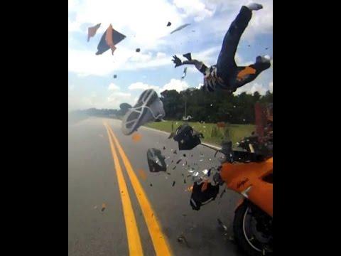 Acidente de Moto - Piloto voa sobre o carro