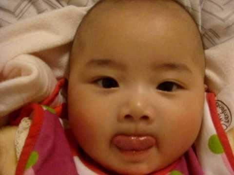 嬰兒Baby小凱蒂寶寶一直吐舌頭~真好笑 Always sticking out her tongue - YouTube