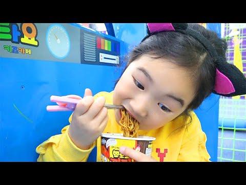 焼きそばを隠して食べよう! black noodle Pretend play cooking for kids toys