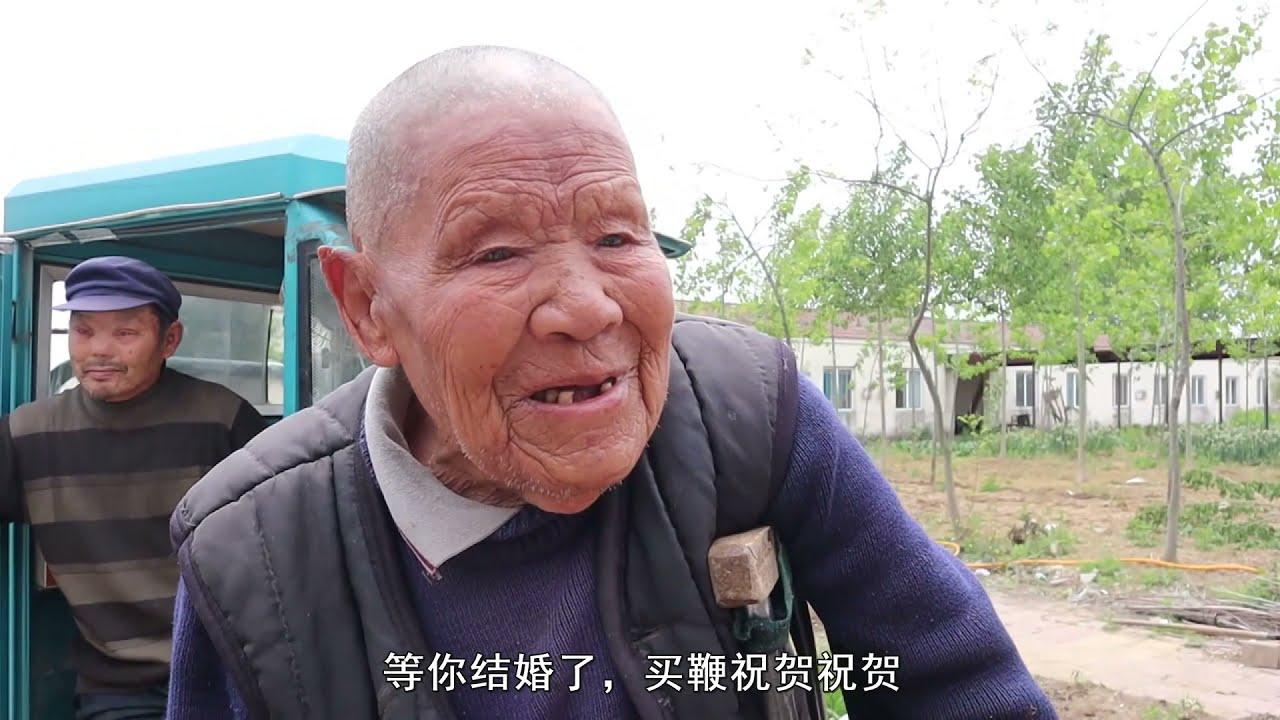 小乔给一群特殊的老人送喜糖,还送去34斤猪肉,收到了满满的祝福