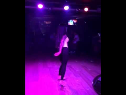 Девочка танцует под песню папито)))