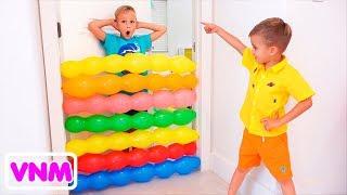 Trẻ em vui chơi Vlad và Nikita chơi với bóng bay