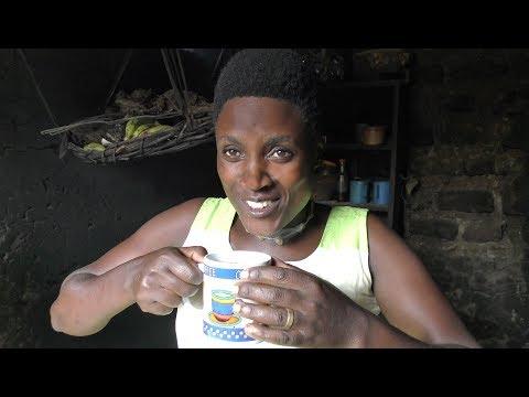 Kaffeebäuerin Agnes Tumuramye probiert GEPA-Bio Espresso Kampala