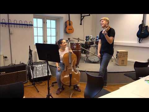 I musiklokalet med en cello og violin