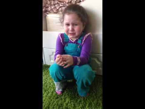 Эмоции маленькой девочки на подарок ко Дню рождения